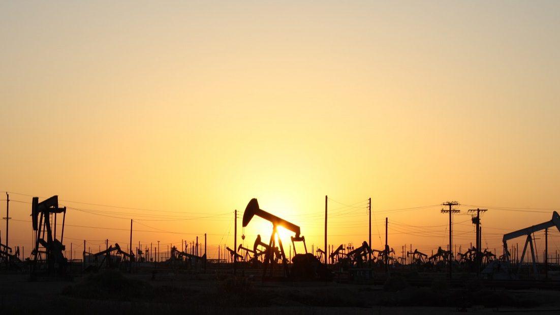 Petróleo afunda mais de 6%. Barril mais perto dos 50 dólares