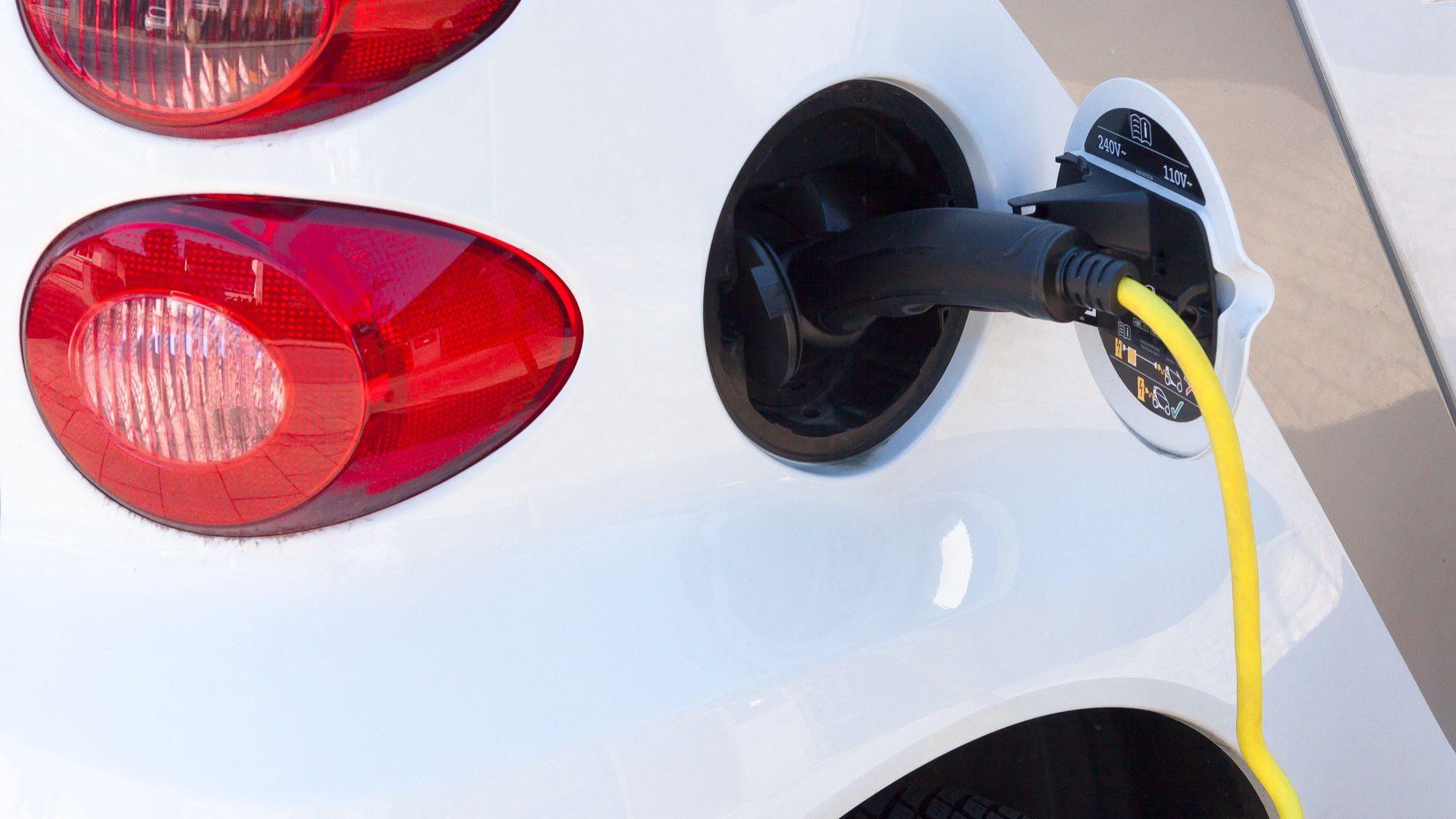 Cheque de 2.250 euros para elétricos mantém-se. Estado vai comprar 600 carros