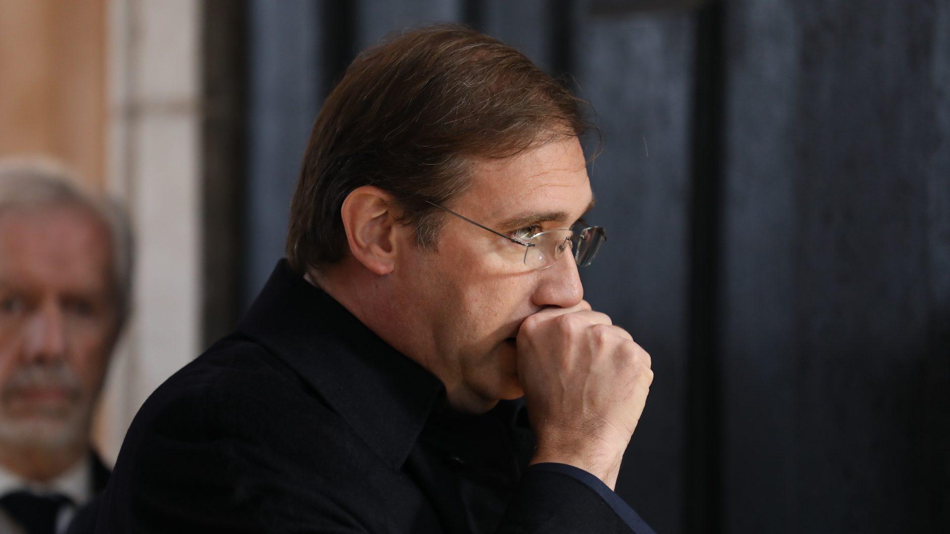 """Passos Coelho acusa Governo de só decidir """"arrastado e sob pressão"""""""