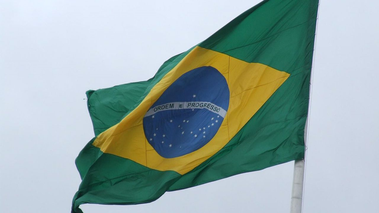 Fitch baixa 'rating' do Brasil