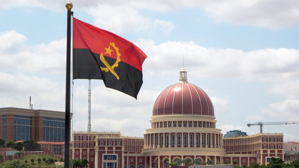 Fitch melhora perspetiva de Angola com subida do petróleo e apoio do FMI