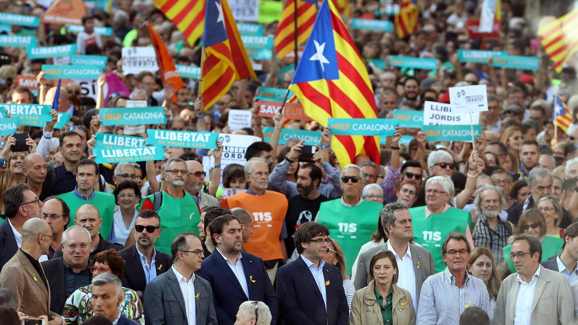Dezenas de milhares manifestam-se contra decisão de Madrid