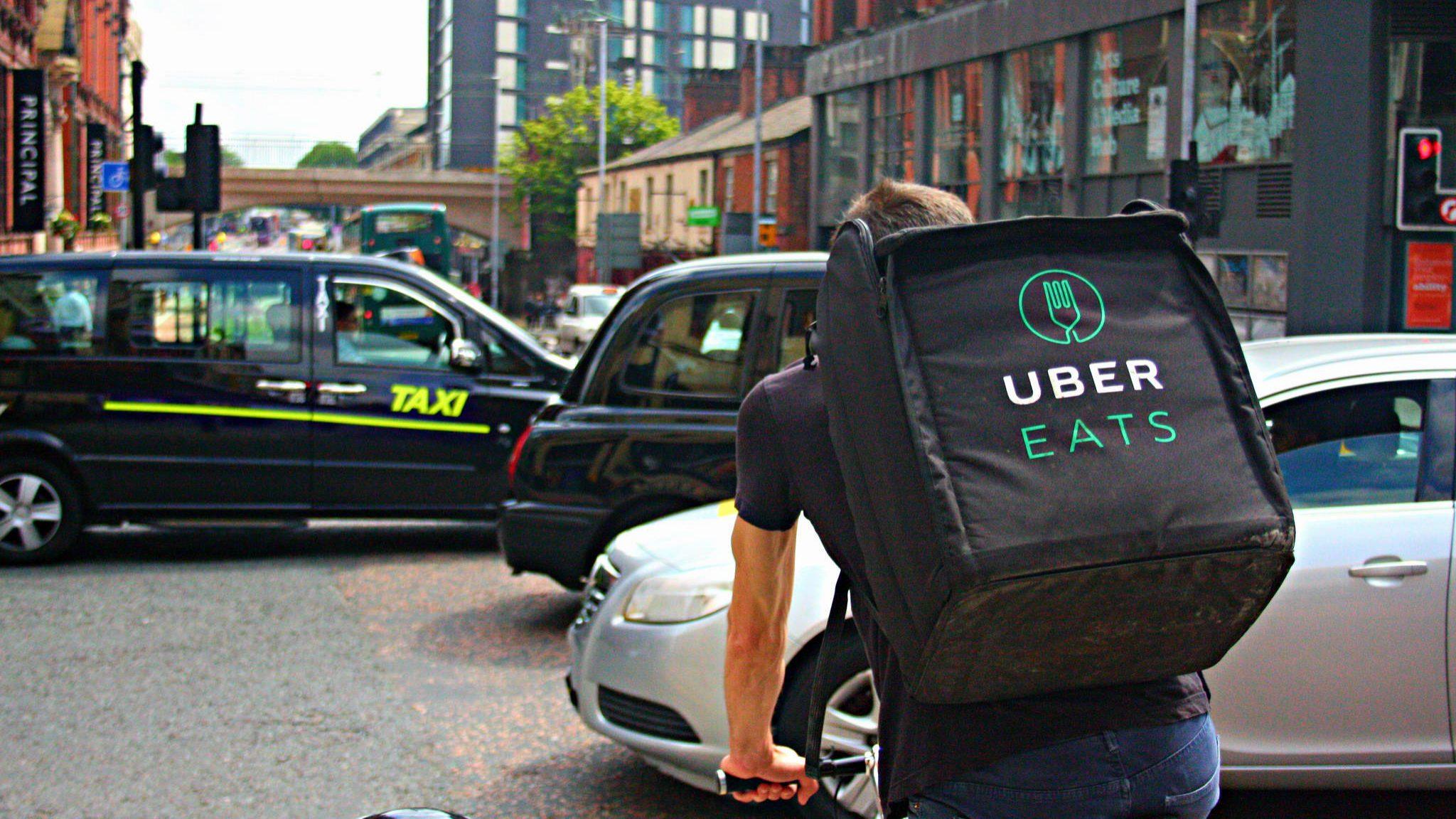 Uber quer dominar o negócio de entrega de comida. Negoceia compra de Deliveroo