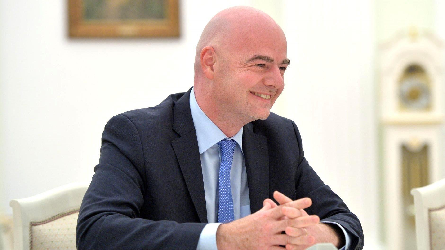 Presidente da FIFA sugere que parte do dinheiro das transferências vá para clubes