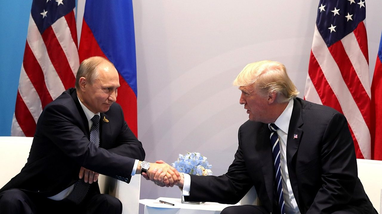 """Está na altura de """"estreitar laços"""", diz Trump a Putin"""