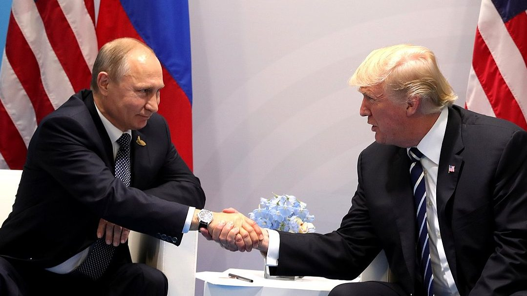 Trump felicitou Putin por telefone. Encontro está para breve