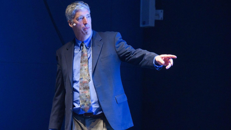 """Professor do MIT dá """"aula"""" sobre ligação da indústria ao ensino"""