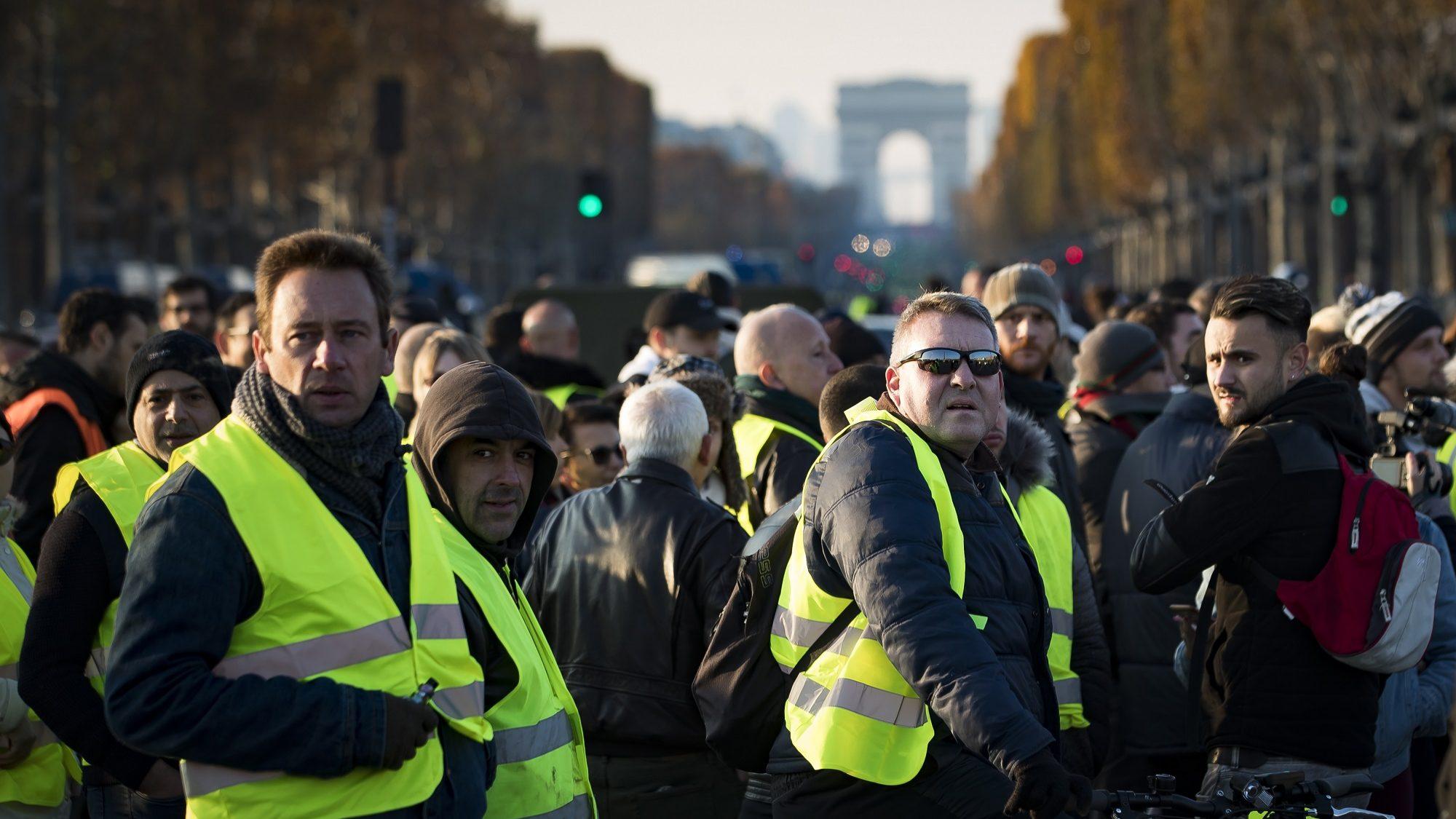 """Movimento dos """"coletes amarelos"""" enfraquece em Paris, mas não deixa cair reivindicações"""