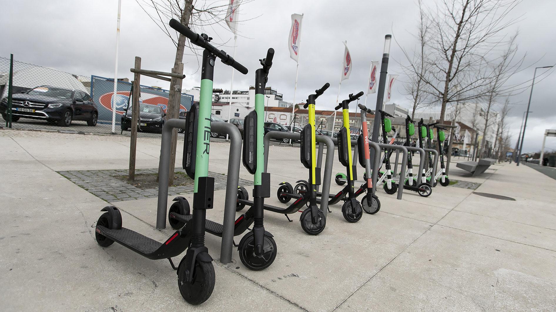 EMEL admite vir a fiscalizar estacionamento de trotinetas