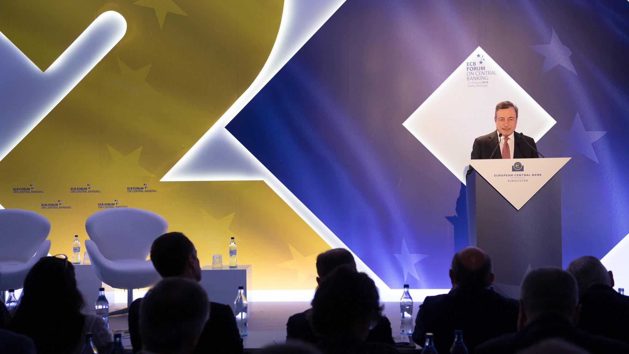 """Draghi admite """"estímulos adicionais"""". Está pronto para cortar juros caso a economia não acelere"""
