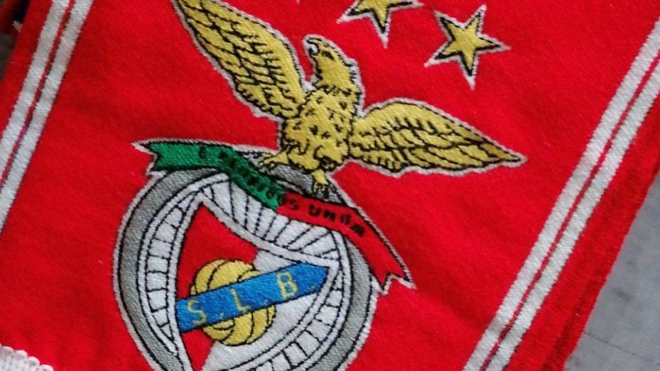 Das etiquetas de roupa para o merchandising. Cachecóis do Benfica, Bayern, Roma, Chelsea e Marselha são fabricados no Norte