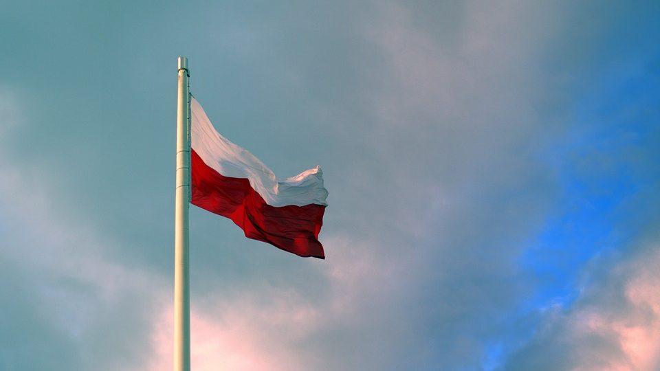 Conservadores polacos reeleitos nas legislativas com 45% dos votos